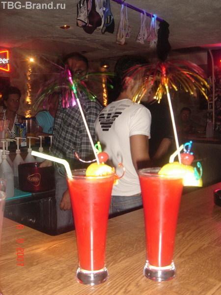 Счастье - это голубые коктейли, розовые коктейли, водка - red bull, red...