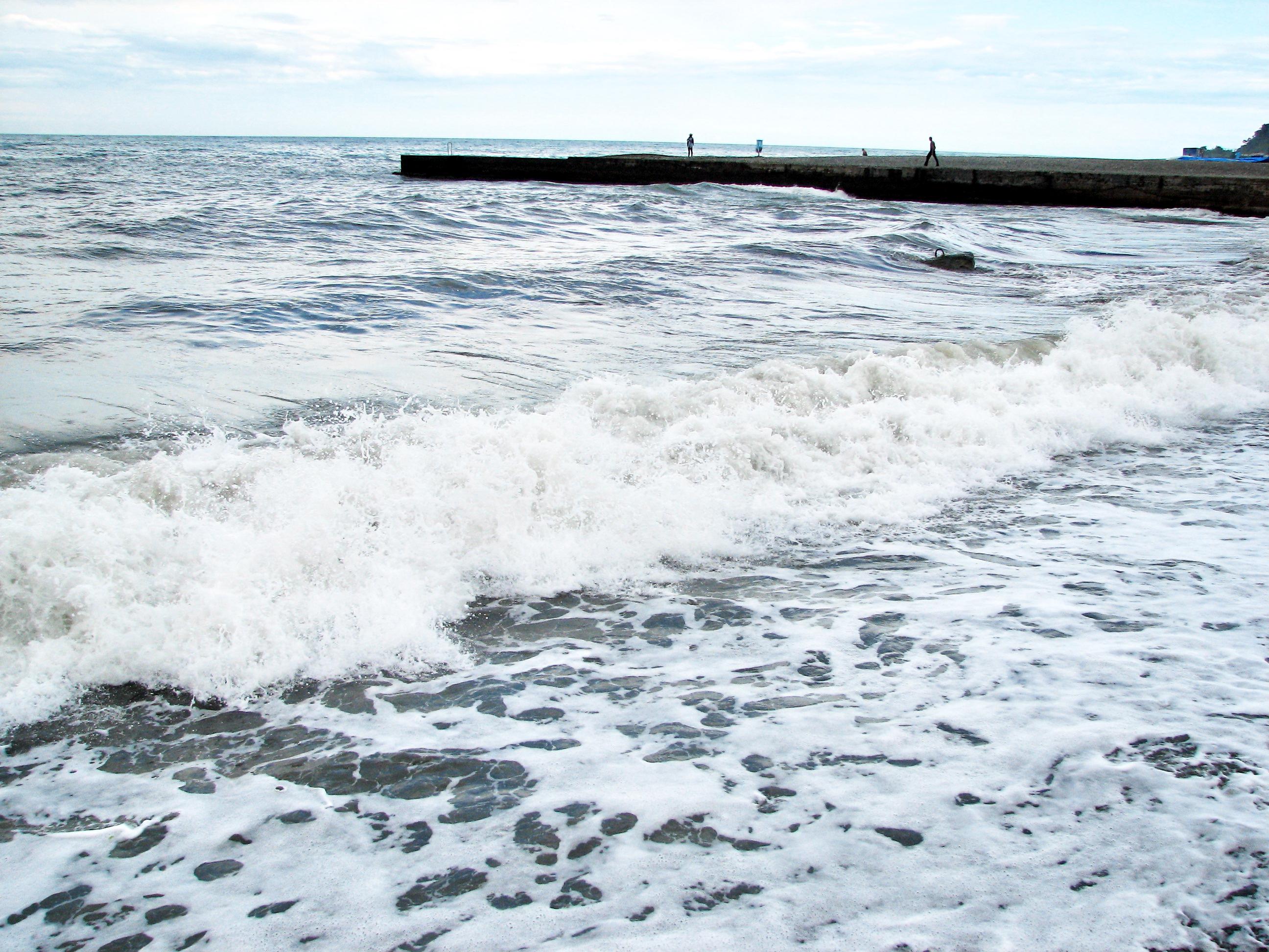 Осенний ветер выносит на одесское побережье морскую пену (видео)
