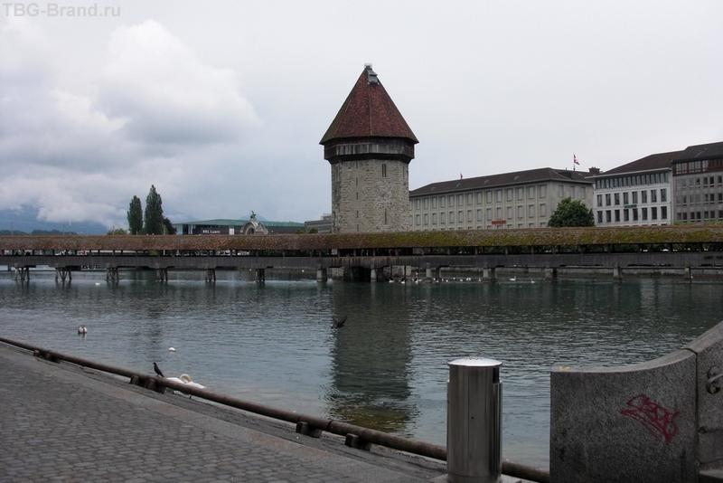 мост через реку вытекающую из озера.  Символ города.