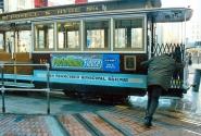 Разворот трамвая cable car на конечной остановке.