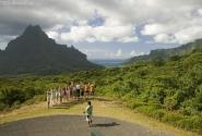 Смотровая площадка в долине Опуноху на острове Муреа. Вид на залив Кука.