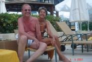 Счастье – это подружиться с чертовски милой престарелой немецкой парой около бассейна.