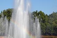 Всё утопает в зелени и в фонтанах