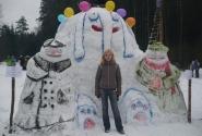 Снежная скульптура - мультяшные Колобки и Слон.