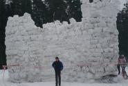 Выстроенная из ледяных кирпичей снежная Крепость.