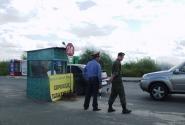 """""""Сурьезные"""" мужчины охраняют понтонный мост по пути из Мурома в Дивеево"""