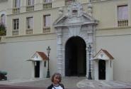 У резиденции монархов
