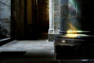 Солнечный зайчик на колонне - подчеркнет вашу наблюдательность и широту души