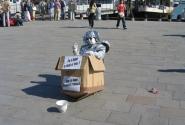 Вдоль набережной сидят забавно одетые роботы