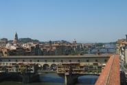 Вид на Понте Веккьо и реку Арно из галереи Уффицы
