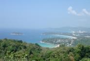 Это вид на остров со смотровой площадки. Все пляжи расположены в бухтах: Ката Ной, Ката, самый длинный Карон, самый тусовочный Патонг и т.д.