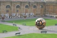 Этот шар в Садах Ватикана символизирует раскол церкви