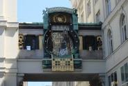 Анкер-часы представляют в основном королей и императоров. В полдень под органную музыку все фигуры движутся по кругу.