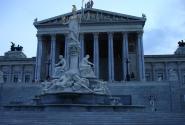 Парламент в древнегреческом стиле, перед ним – памятник Афине
