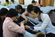 ученицы-вышивальщицы по шелку