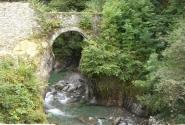 горная речка и мостик через нее, ведуший к церкви