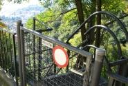 частная лестница в горах ведет во двор домика