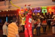Главная улица в Паттайе: клоун развлекает туристов