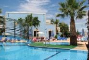 бассейн во дворе отеля