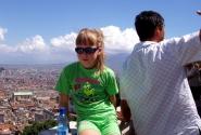 на фоне Везувия