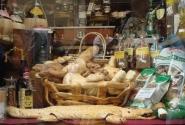 хлебный крокодил в витрине магазина