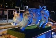 Веселая корова на набережной