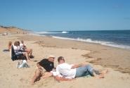 Борис с сыном внимательно наблюдают за Океаном