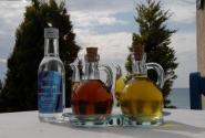 Натюрморт. Вода, оливковое масло, уксус к греческому салату.