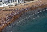 Пляж Агадира. Людей много. Очень много.