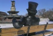 """Это Пушкин - """"наше всЁ"""". По-моему, схвачено точно. Изображен за одним из любимых своих занятий: любуется девицами-фонтанными скульптурами"""