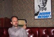«Заслужи победу!» - вдохновляет старина Уинстон.  Приятно потыкать пальцами друг в друга с умным человеком.