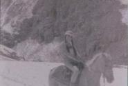 Отважная всадница на аборигенском коньке