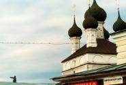 Антиквар стоит на крыше