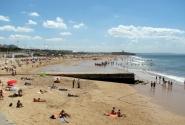 В солнечный день на пляже