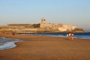 Прогулка по пляжу в конце дня
