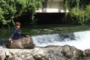 ..а вот так вода выпадает из озера в реку, и бежит себе дальше...