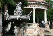 Этот фонтан в Парке Колумба был подарен Гранаде Великобританией.