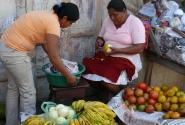 8.Торговки фруктами чистят апельсины.