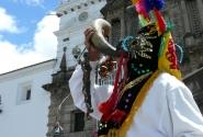 «Театральный» шаман на фоне собора.