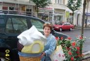 роскошное мороженое прямо на улице Берлина около кафе...