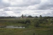 из запыленного окна открывается вид на Спасо-Бородинский монастырь