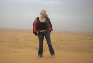 на фоне бескрайней пустыни