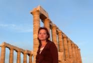 На фоне храма Посейдона