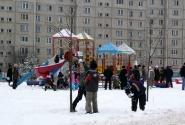 Ребятна катается с гор, и в снежки играет.