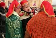 Вязаные вручную шали - гордость местных мастериц!