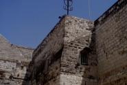Храм совсем не похож на церковь, скорее на крепость. Пострались крестоносцы!