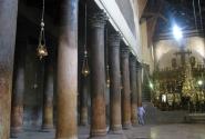 Внушительные колонны внутри храма носят следы разрушений.