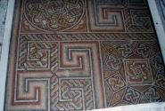 На полу мозаика только в одном месте.