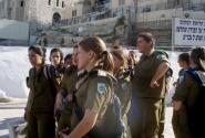 Занятно - восемь девок, один я. Среди девушек-военных один парень - сразу понятно, кто там служит в войсках!