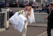 там часто можно наблюдать московские свадьбы